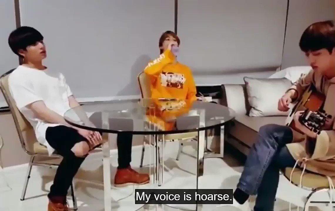 Jin tocando en la guitarra la versión acústica de Spring Day, mientras Jimin y Jungkook cantan tan emocionados, es lo que está bien hoy y siempre #우리의_봄날_1000일의_나날 #SpringDay1000Days