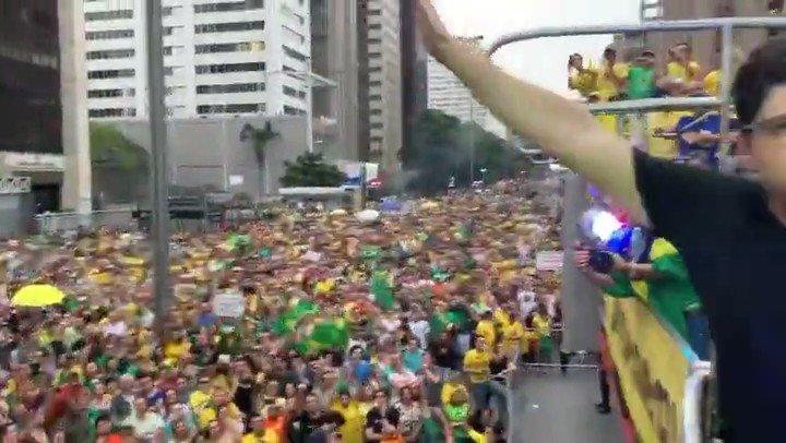 El pueblo brasileño grita que Lula regrese a la carcel!! los criminales deben estar en prisión.