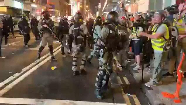 【11.10日 旺角警暴】#香港 防暴警察瘋狂推搡記者,近距離向記者臉上狂噴胡椒噴霧 ,記者們紛紛中招。#香港警察 #港警 #HongKongPolice #大纪元频道订阅 👉