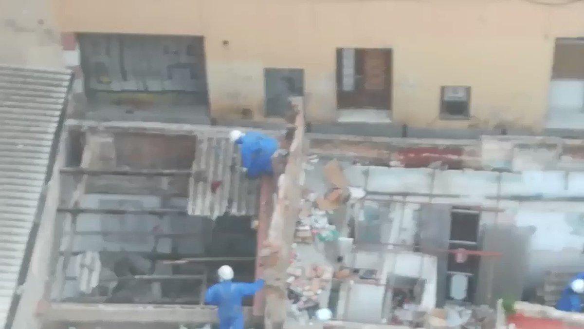 L'Ajuntament esta enderrocant les cases de la cantonada del meu carrer. Tots els sostres són d'uralita vella i desgastada. Però ells a cops la trenquen. L'ARRENQUEN sense miraments. La deixen a terra com si res.. als veïns no ens han comunicat res... Això és normal?