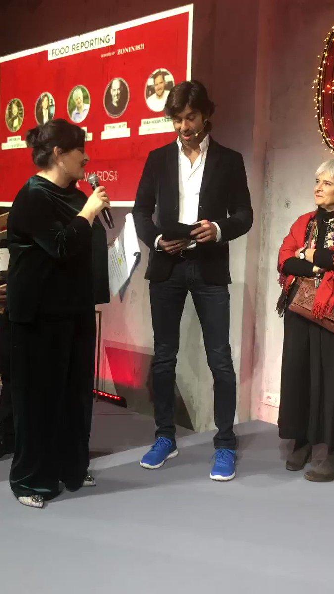 """Francesco Zonin assegna il riconoscimento per la categoria """"food reporting"""" ad Anna Kauber, regista de """"In questo mondo"""". Complimenti! @francescozonin @zonin1821 @angelafrenda https://t.co/sC4hnkSgKJ"""