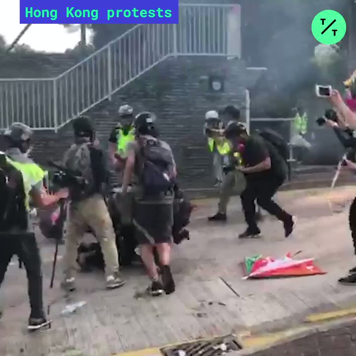@annielab_jmsc @business Riot police enter the Chinese University of Hong Kong #CUHK and give chase to protesters.  Demonstrators are tackled and arrested as tear gas spreads in the campus #HongKongProtests #香港