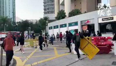英勇的香港人,在被逼死多条人命后,愤而开始反抗,无所畏惧,扑倒警察痛殴,为几个月来被奴役,被迫害,被死亡的香港人出一口气,民不畏死 奈何以死惧之!中国人,看到了吗!