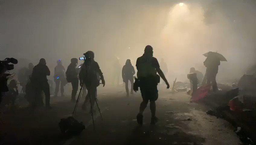 這是中文大學戰火紛飛的校園,全副武裝的警察和便衣,開進校園進行瘋狂鎮壓。邪惡超過文革,文革校園只進來工宣隊和軍宣隊,武鬥在群眾組織之間進行。香港當前也超過六四,六四校園是禁區,戒嚴部隊沒有進入校園屠殺。武力鎮壓大學生就是鎮壓全體香港人民,他們屬於每一個家庭。這是嚴重的人道危機!