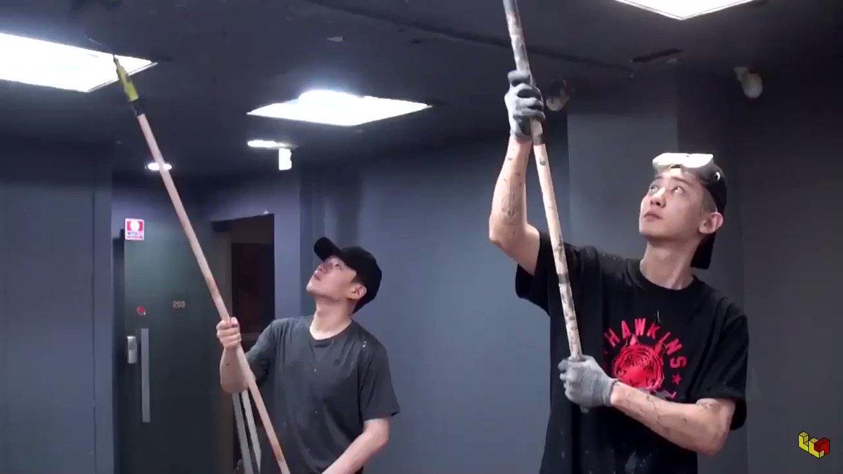 一方その頃、YOELくんは天井のペンキ塗りをしていました。
