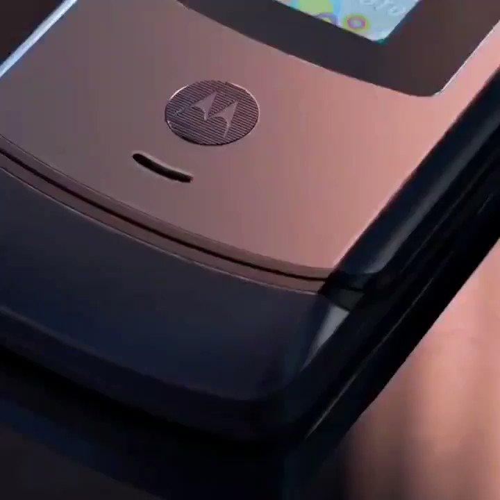"""Llega el nuevo #MotorolaRAZR, el primer smartphone plegable de @MotorolaMX.  Tiene una pantalla plegable de 6.2"""" que se dobla para ser más compacto y una pantalla secundaria: 2.7"""".  Llega a México en enero próximo.  ¿Qué les parece?  #FeelTheFlip #HelloMoto https://t.co/BoVXZIgBuN"""