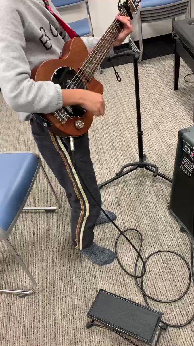 先週のギタースタンドバズーカ少年の生徒さん🎸来週の発表会に向けて初めて立って弾いてみた、戸惑いながらも勢いのあるストローク✨ファイト!!#ギターレッスン
