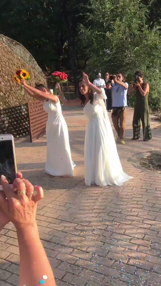 Por cierto @martasoto ,eso fue al entrar y esto al salir, ya casadas! 😊 Si ya era un momento emocionante, tus canciones lo hicieron aún más!!! Mirales y dime que no saltarías!! 😍 Recuerda: sorpresa para Olga y Ro! 🙏🏼🙏🏼😬😬 Nos vemos en unas horas!!!