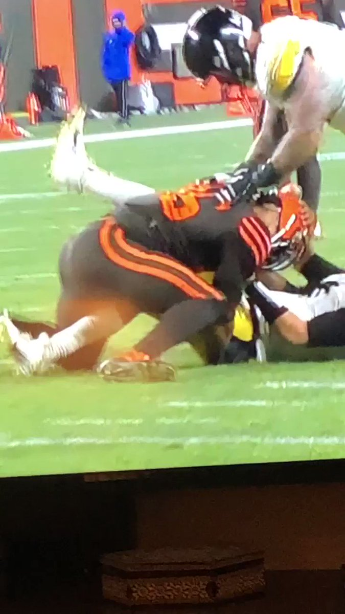 I already hated The Cleveland Browns but seriously fuck Myles Garrett suspend him for the year. Takes Mason Rudolph's helmet and uses it as a weapon. That's bullshit #CLEvsPIT #Browns #BrownsVsSteelers #SteelerNation