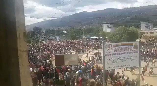 Bienvenidos al régimen democrático que defienden Trump y sus subditos en el continente. Vean, hace un momento en Cochabamba. Difundamos, el pueblo boliviano se encuentra cercado comunicacionalmente.  #15Nov https://t.co/NbNxutavrc