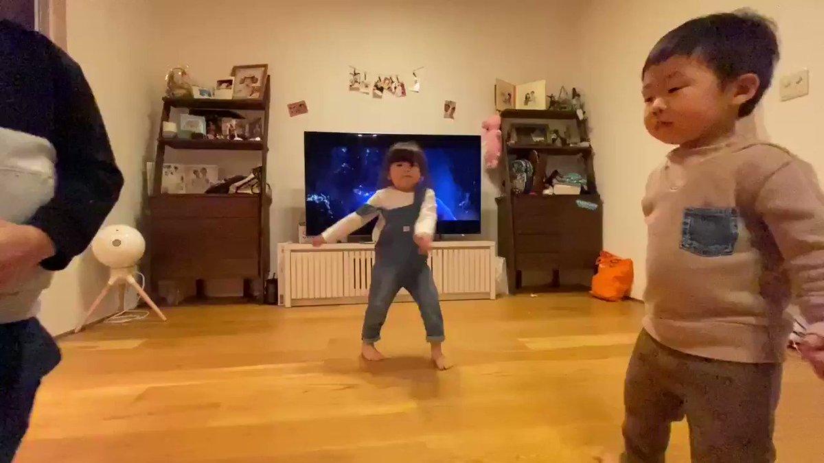 新居にいろいろと家具届いたんだけど、しばなんファミリーよくダンスするからリビングのテレビの前めっちゃ空けてダンススペースにしたら案の定初日から大活躍してる😍昨日は久々にルイルネと会えて超嬉しそうだった♥️じょんまなありがとー!( ◜◡◝ )