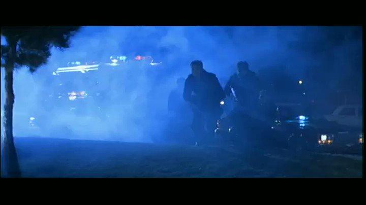 SWAT隊員がサイバーダイン社に突入するシーンは役者ではなく本物のSWATが演じている。元々は演技指導で現場に来ていたのだが、ジェームズ・キャメロン監督の「どうせなら本人たちにやってもらった方がリアルだろう」との判断で急遽出演することになったらしい。確かにリアルだw #ターミネーター2