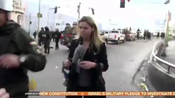 El régimen golpista boliviano expulsó y acusó de sedición a los periodistas argentinos que cubrían las noticias de ese país. Nadie se salva: mirá el cobarde ataque a Teresa Bo, corresponsal de Al Jazeera, por parte de las fuerzas policiales de Bolivia. #GolpeDeEstadoEnBoliva https://t.co/2BAKoscoZa