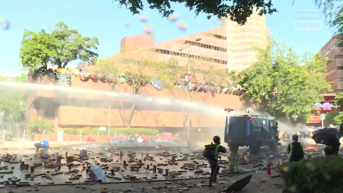 【20191117 警察放水、記者重傷】午後、#香港警察 は #香港理工大学 付近で、記者しかいないエリアに向けて放水し、一名の記者が撃たれて頭蓋骨骨折、脳出血し、意識不明の重体となった。撮影機材も全部壊された。警察の暴行も含め、真相を報道し続けてる記者に対して、警察は明らかに敵視している。