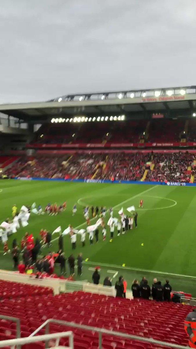 Anfield abre por primera vez sus puertas al fútbol femenino. Es el derbi Liverpool-Everton. Y no podía faltar el #YNWA 🙌🏻