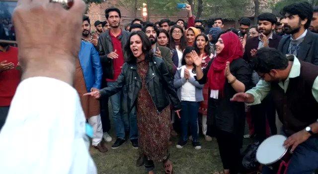 sarfaroshi kī tamanna ab hamare dil mein hai dekhna hai zor kitnā baazu-e-qatil mein hai #Lahore #faizfestival2019