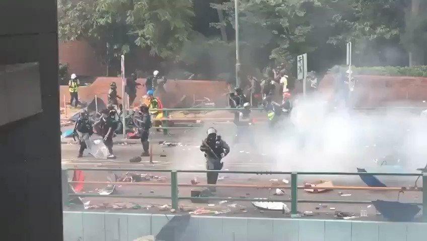 【20191118】#香港警察 は #香港理工大学 橫の車道橋でデモ隊の身柄を確保し、数メートル引きずった後、頭を踏んだ。独裁者に仕える香港警察は人を人たらしめる心を失った悪魔だ。秩序と治安を守る責任を課された行政機関ともあろう者が、権力を振りかざして残虐な非人道的な取扱いをするとは。#PolyU