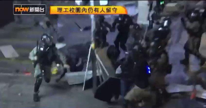 【20191118|相次ぐ集団リンチ】10人ほどの #香港警察 が一人の市民を囲み殴打した。理工大学に閉じ込められた学生らが必死に脱出しようとし、それを市民が手助けするのは、逮捕されたら、警察からの暴力・性暴力などの恐れがあるから。最悪の場合殺されて自殺に見せかけられるシナリオも予想できる。