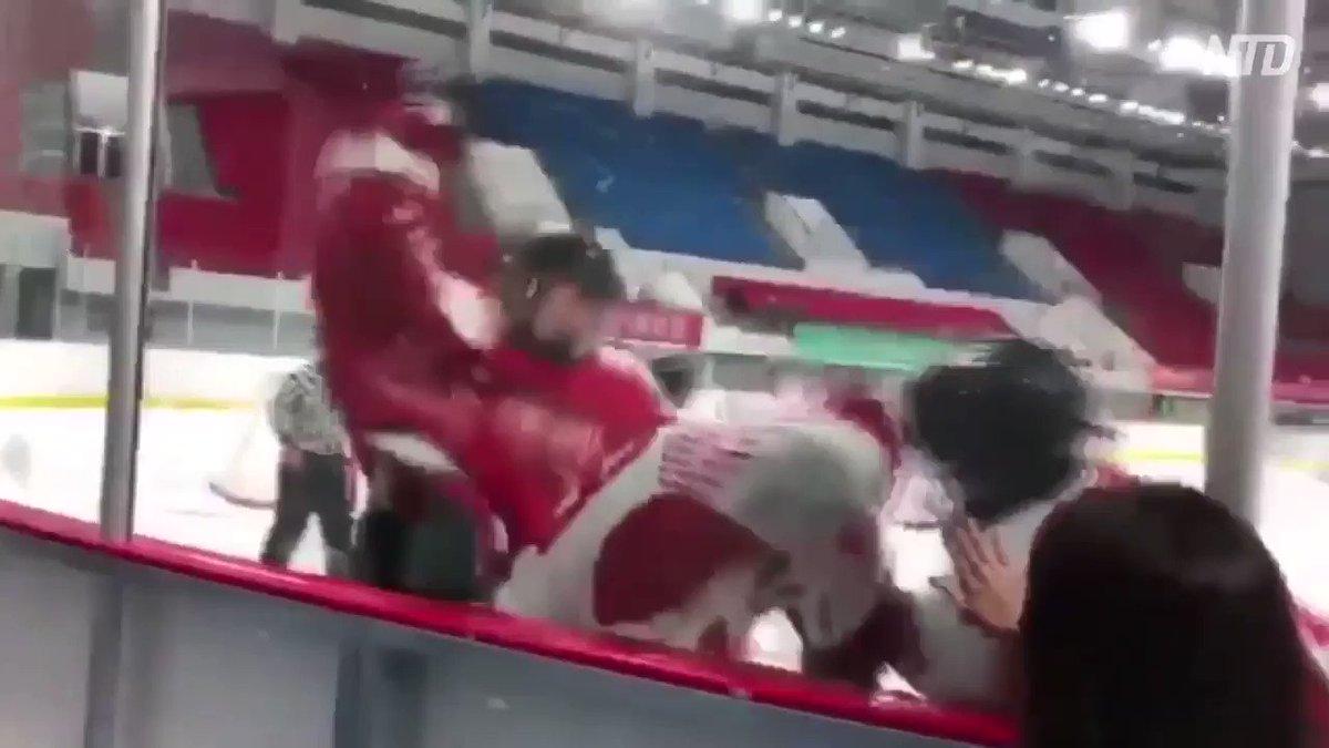 ch〇naで行われたホッケーの試合11-2で香港チームにリードされたch〇na人が香港チームの選手に殴りかかり、審判はしばらくこれを放置香港チームの方は反撃せず身を守ってますスポーツマンとして最低限の礼儀もわきまない国は平和の祭典東京五輪参加禁止にして下さい