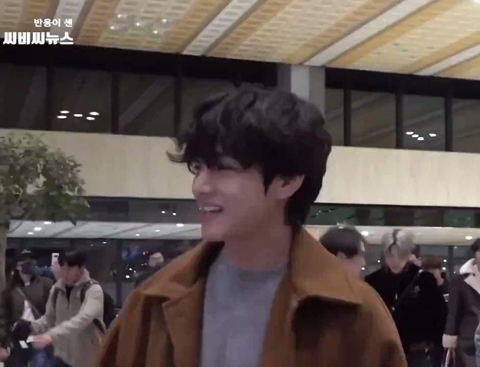 どーしたの?いつも空港では見せない笑顔ですごく嬉しい😳💖マスクもしてないし…笑顔を見せてくれてありがとう💖