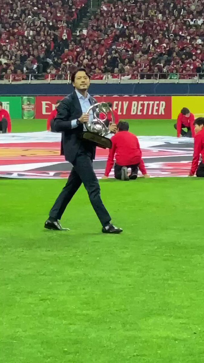 @REDSOFFICIAL legend and 2007 #ACL winner Keita Suzuki brings the 🏆 onto the pitch!  #ACLFinal | #URAvHIL