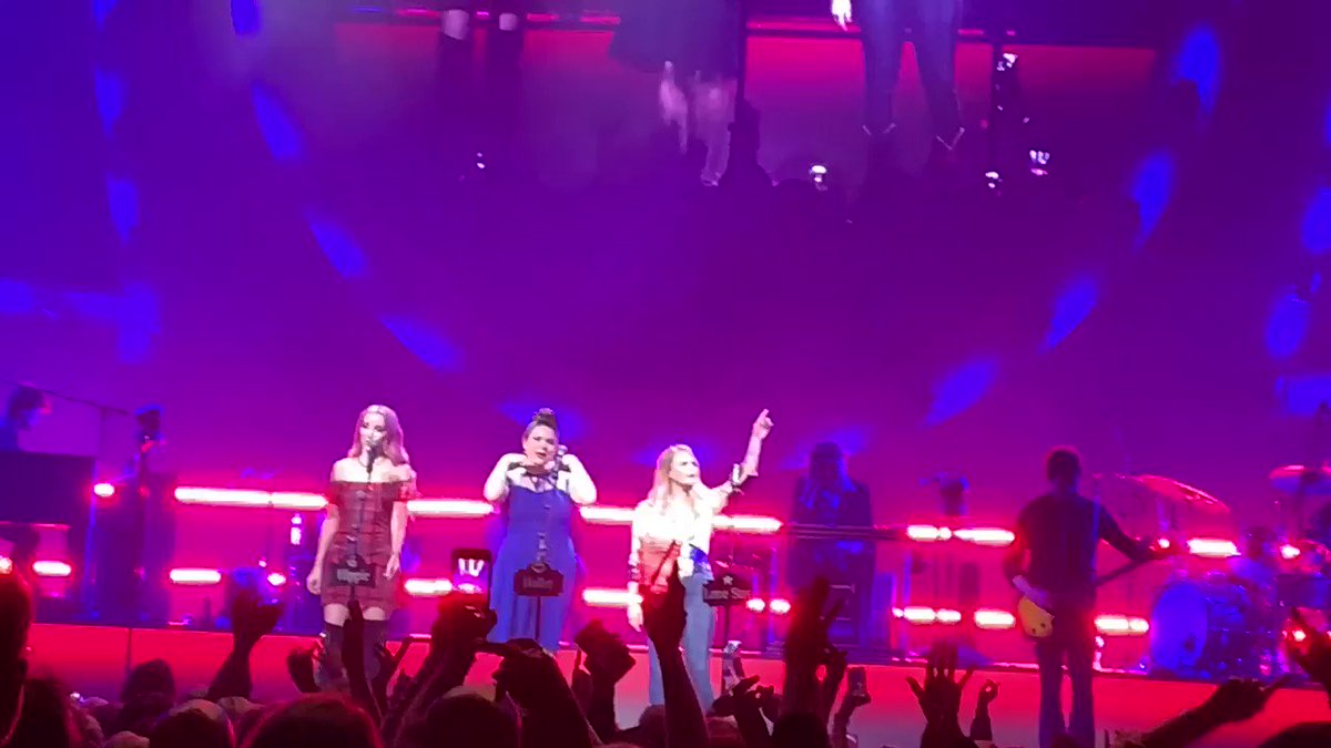 Hell on Heels audience sing along ....  #RoadsideBarsandPinkGuitars #MirandaLambert #PistolAnnies #DuluthGA #RanFan #AngaleenaPresley #AshleyMonroe @MirandaLambert @PistolAnnies @mirandalambert @guitarleena @ashleymonroe