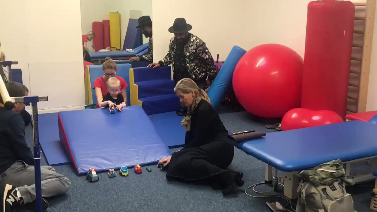 I was with The Countess of Wessex today as she carried out engagements in Oxfordshire. She had a great time at the @FootstepsF meeting some of the children who have physiotherapy there