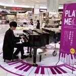 イケメンが、綺麗な指でピアノをひいていた!