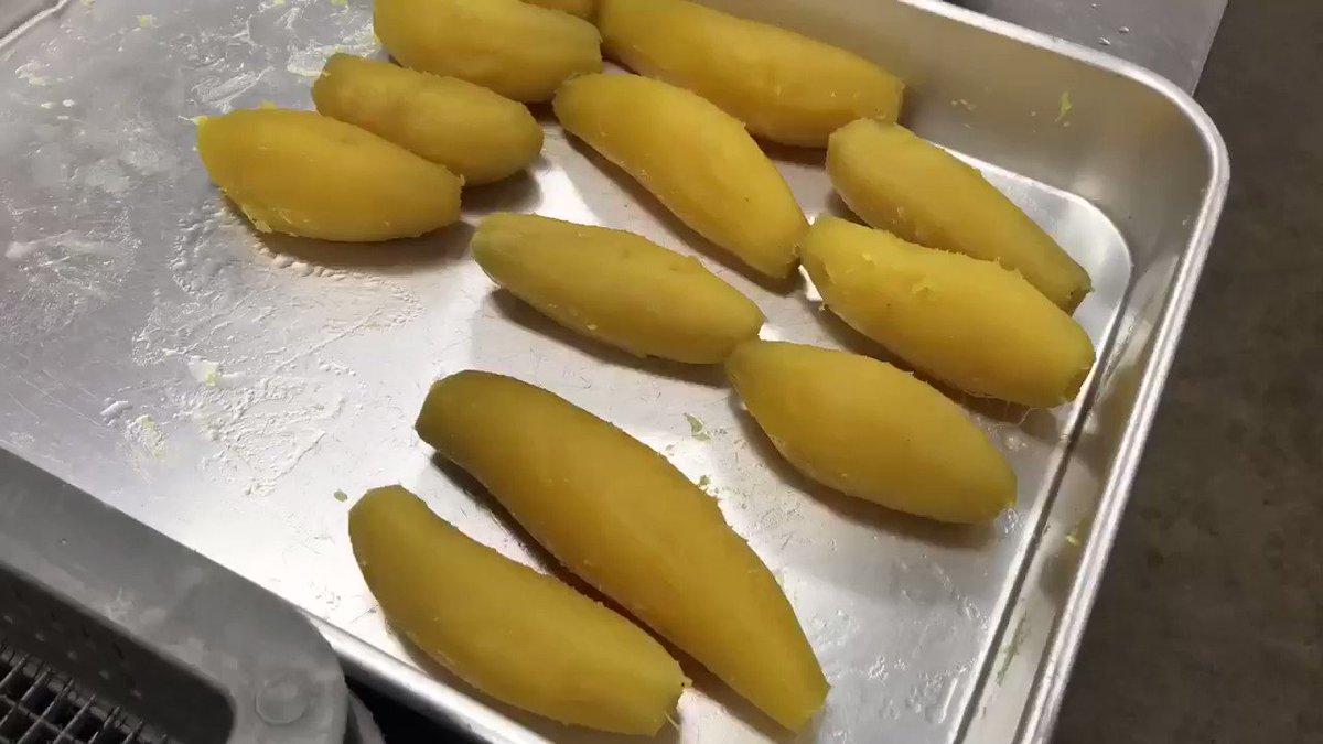 今日はシルクスイートの干し芋を作りました!(^o^)/一枚一枚丁寧にカットしています。こちらの干し芋を乾燥させてプレ企画の商品にさせていただく予定です(о´∀`о)