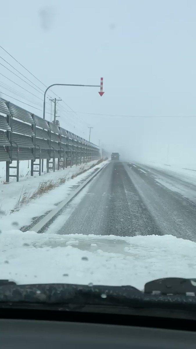 冬の北海道でよく見られる左の柵。 いろいろ種類があり、これは「吹き払い柵」。この柵の役割はここで雪を堰き止めるのではなく、柵を通過する風が道路に吹き付けられるようにする事で「雪を払う」事。動画を見ているとわかるがこの作が途切れたところで道路に雪が吹き溜まっている。