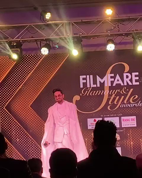 The stylish @ayushmannk did a fabulous impression of @SrBachchan and @iamsrk at the Filmfare #GlamourAndStyleAwards 2019.