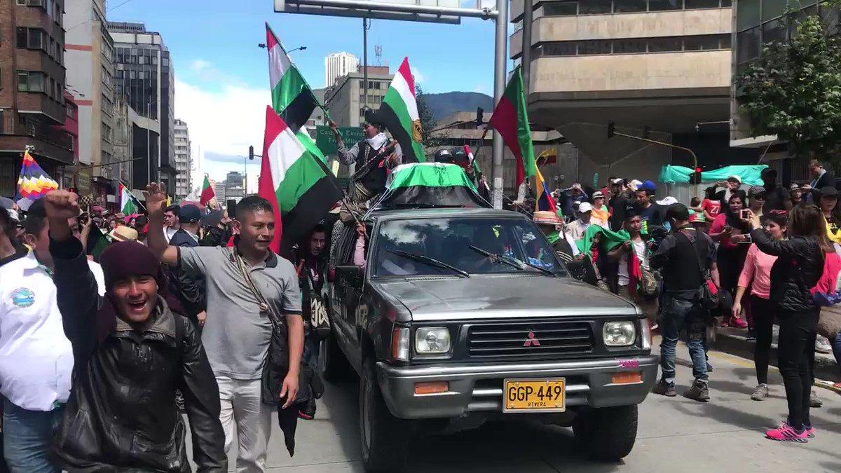 Marchando con la minga, con la guardia indígena llegando a la plaza de Bolivar @hollmanmorris @petrogustavo @GustavoBolivar