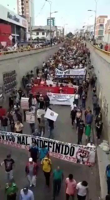 No se si han visto lo de Bucaramanga en este paro. Este video es de hoy, miles y miles de personas en las calles manifestándose pacíficamente contra el gobierno de @IvanDuque.El paro no para, el paro se fortalece y seguirá en las calles. #ElParoContinua4D