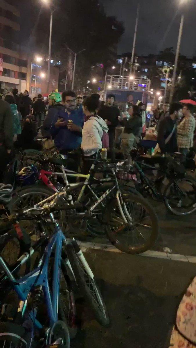A está hora en Bogotá Colombia continúa el Paro Nacional . Crea 7 con 63 , bicicleta , cacerola , tambor , juventud, dignidad.#paronacional4D ¡viva el paro Nacional!