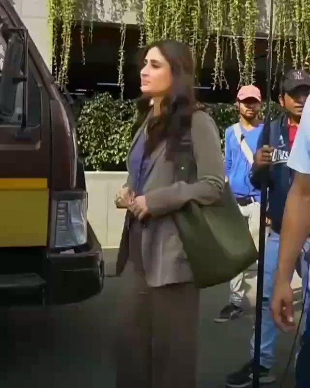 Kareena Kapoor gives cute smile to media ☺️👌🤩 #cineriserofficial #cineriser #kareenakapoorkhan #kareenakapoor #kareena_kapoor #kareenakapoorfans #kareenakapoorhot