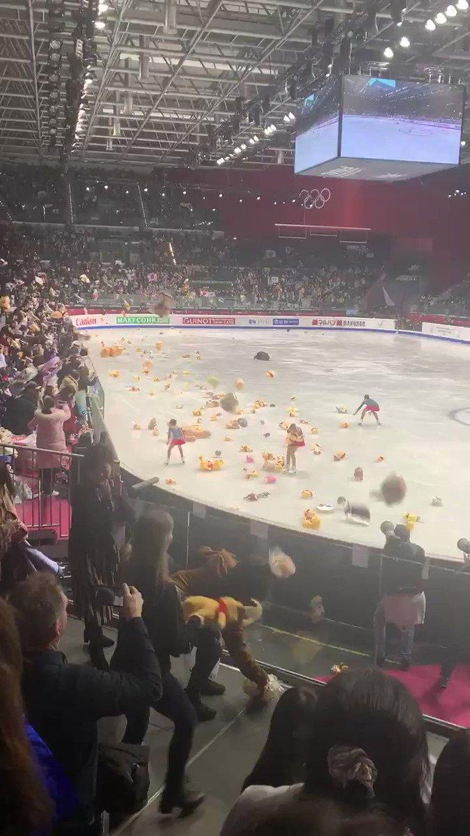 羽生結弦選手の演技後に超大量のプーさんぬいぐるみが投げ込まれる瞬間をご覧ください
