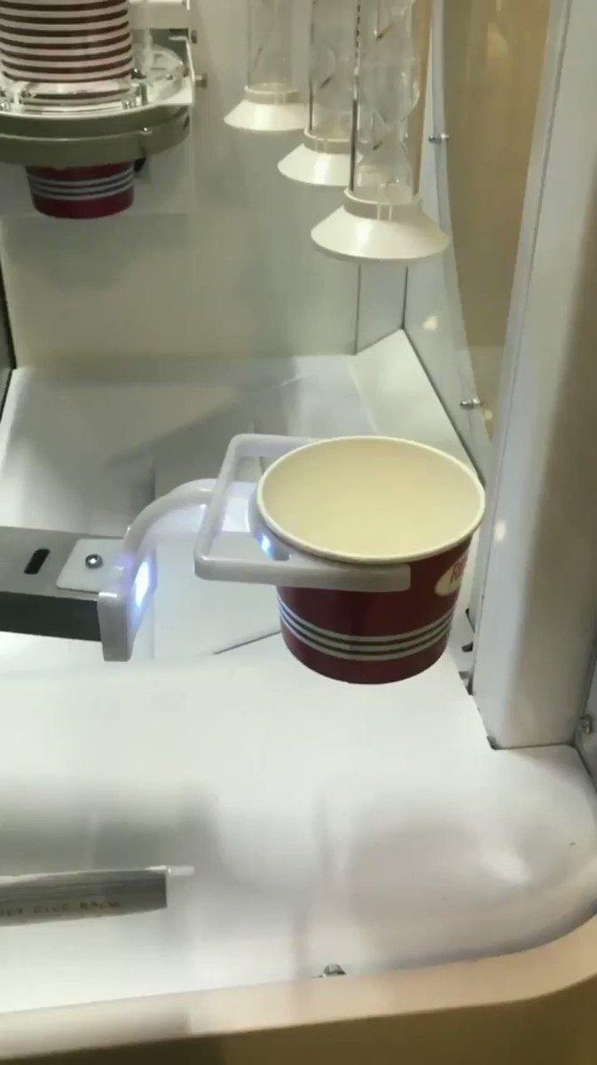 雑すぎる自動ソフトクリーム機!!😂😂