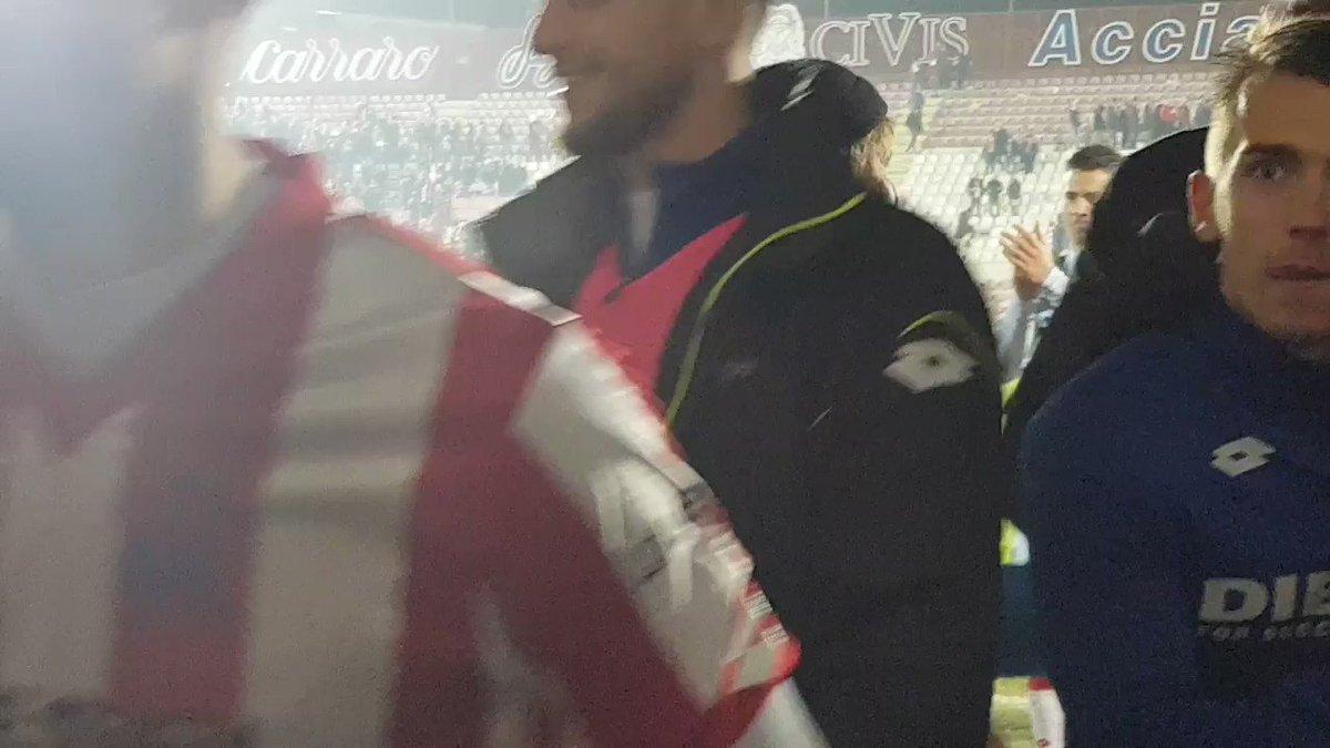 Il rientro negli spogliatoi dei biancorossi e i festeggiamenti con @RenzoRosso 🚀⚪🔴 #forzavicenza #forzalane