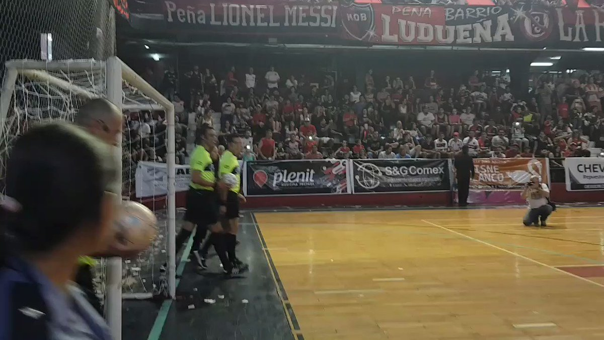 The Newells Futsal team were promoted to the top division in Argentina last night. Just a few seasons ago, they were a fourth division side. Imagine the scenes if there had been fans at the court. This is the reaction they normally get:
