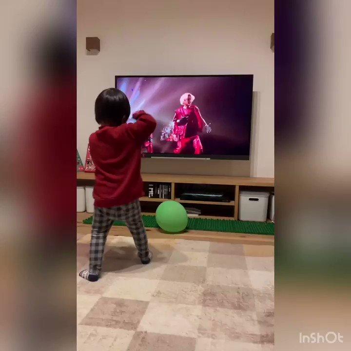 12/10本日👦🏻が3歳になりました!!こないだ生まれたと思ったのにあっという間です。踊るのが好きなおちゃらけ者で、TikTokの忍者のようなしょへちゃんの動画が好きです🕺それではここでTYFをバチバチに踊る👦🏻をどうぞ。