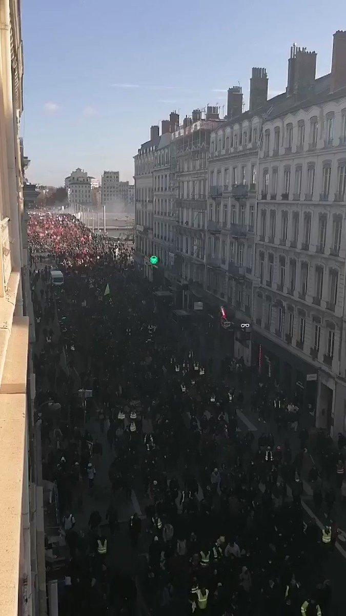 Images très impressionnantes de la manifestation de #Lyon ce #10Décembre. Visiblement, notre peuple a massivement décidé de stopper #Macron. #grève10décembre #grève11décembre #GrèveGénérale #GiletsJaunes #retraites