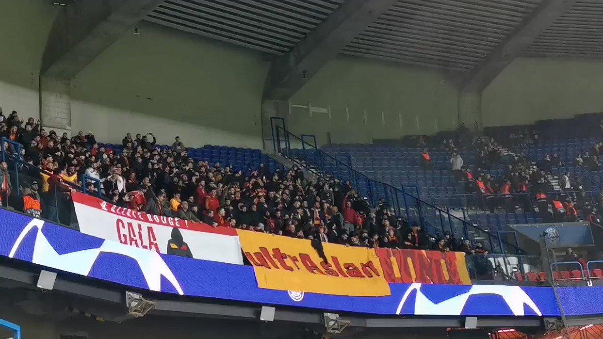 Galatasaray tribünü PSG taraftarı ile eğleniyor. 🔥