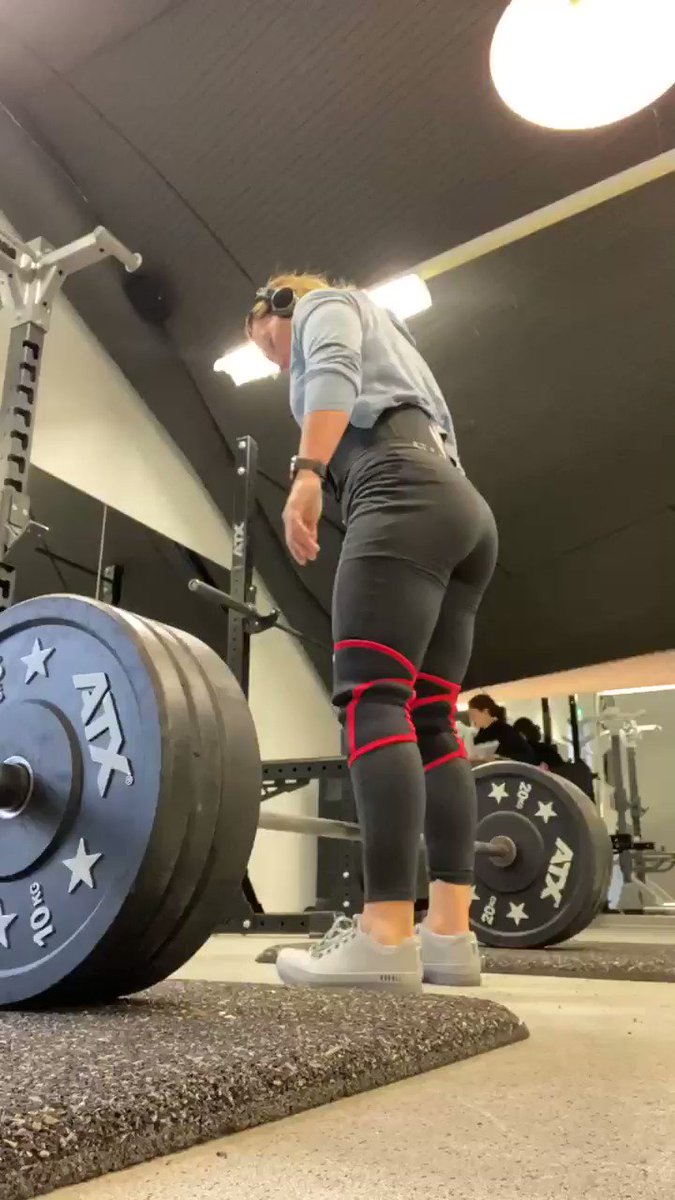 IF you apply tension through your lats properly, the bar will initially go up on its own. That's the right moment to start pulling #deadlift #strengthtraining #powerlifting