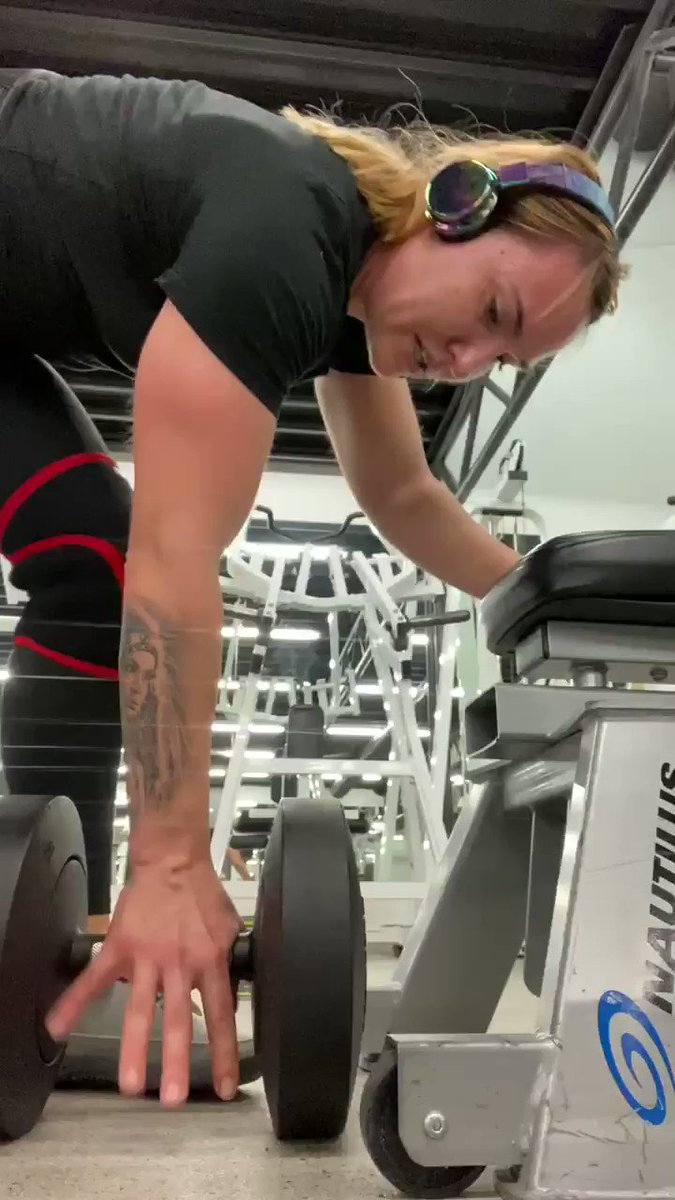 If you have never felt your arm falling off- you have never done one arm row to extend that pushes you out of your comfort zone #pain #gain #strengthtraining #powerlifting