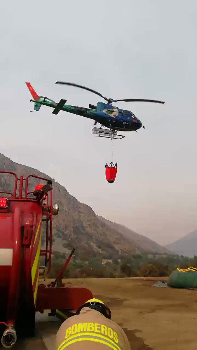 RT @MuniSJdeMaipo 🔴AHORA    En el video se puede apreciar el trabajo de los helicópteros de @conaf_minagri recargando desde las piscinas líquidos retardantes para llevar hasta el punto de fuego.