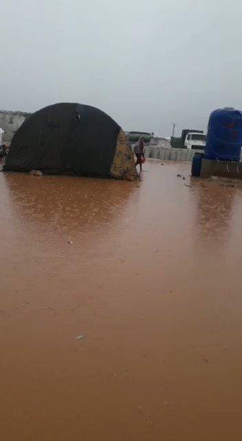 مباشر من مخيمات المهجرين شمال سوريا مياه الامطار تغمر خيمهم هناك الاطفال والنساء والشيوخ وعالمنا الاعمى صامت لا يتحرك !