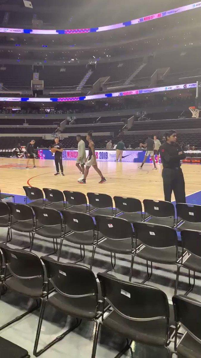 Los San Antonio Spurs ya están calentando en la Arena Ciudad de México 🔥  Los dirigidos por Gregg Popovich buscan su victoria número 10 de la temporada 🏀🇲🇽   #NBAenMéxico I #GoSpursGo I #ValleyBoyz  📹 @inigoporter https://t.co/EbtseeBGVk