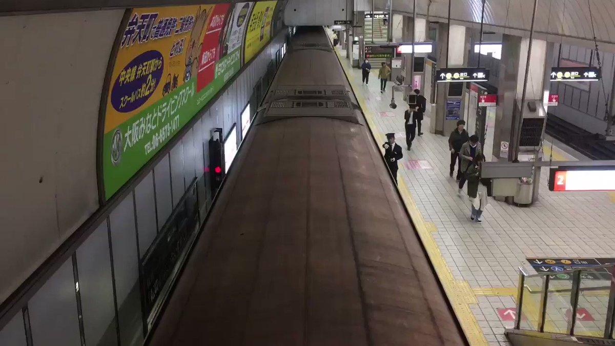 変なところから地下鉄を撮っちゃう撮っちゅうするオッサンその2。10系が撮れました。 #osakametro #大阪地下鉄 #御堂筋線 #本町駅 #10系