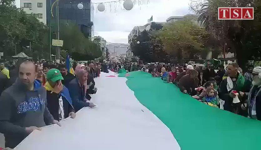 Tizi Ouzou, 44e vendredi : les manifestants déploient un immense drapeau nationalSuivez notre Direct ➡https://google.com/amp/s/www.tsa-algerie.com/direct-44-vendredi-suivez-les-principaux-evenements/amp…