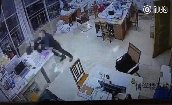 malau - 四川达州新世纪学校老师在学生面前亲自示范校园暴力, 从教室打到办公室 😄😄